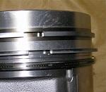 Поршневые кольца на поршне двигателя